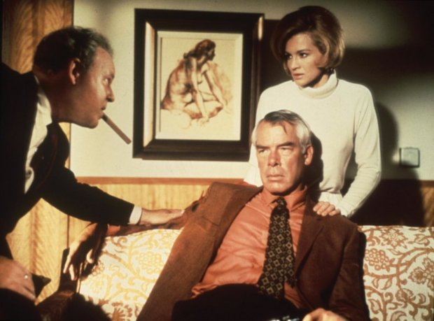point-blank-1967-003-lee-marvin-sofa-position-angie-dickinson-00m-sk4